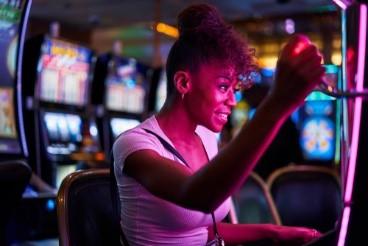 femme jouant a la machine a sous