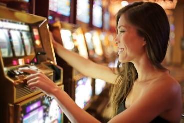 femme souriante jouant a la machine a sous